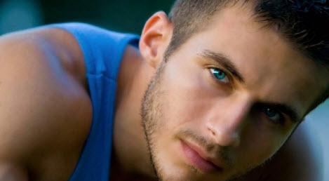 Красивый парень с голубыми глазами